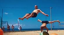 【高能时刻】瑜伽球还放在家里?看看外国人是怎么玩