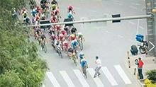 环青海湖国际公路自行车赛:观众横穿赛道 引发大片车手摔倒