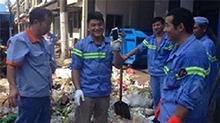 北京游客吃小笼忘拿手机 环卫工翻5吨垃圾用手找回
