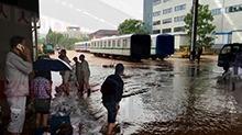 株洲:中车株机公司多条生产线被淹 员工参与灾后自救