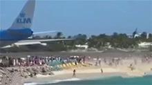 波音747起飞 超强气流吹倒后方沙滩众游人