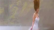 直升机下拍婚纱 被强力大风刮趴下