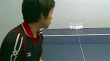 打保龄球的新玩法 用乒乓球打