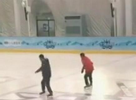 易烊千玺和雷佳音学滑冰,千玺居然跺脚滑行