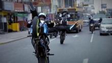 城市就是游乐场 摩托车手秘鲁利马街头上演疯狂赛车