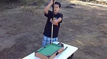 【桌球大神秀】高手真的在民间 国外小胖把迷你台球玩成艺术
