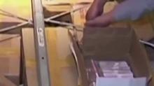 查抄视频首次曝光:成箱现金摆满地 5台点钞机清点1台被烧坏