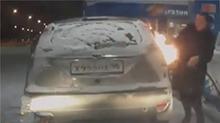 女司机加油使用打火机 误将车点燃