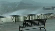 """携风裹雨 台风""""天鸽""""凶猛来袭·香港:<B>威力</B>减弱 已取消热带气旋预警"""