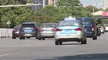 外卖小哥送餐途中发生事故 原为出租车占用非机动车道