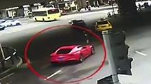 重庆:<B>法拉利</B>闯黄灯撞车 30万车损自负全责