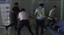 """张家界:机场遭遇""""暴恐分子"""" 反恐防暴实战演练"""