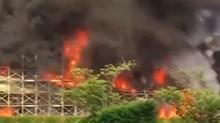 日本:仓储大楼着大火 整栋烧得浓烟滚滚
