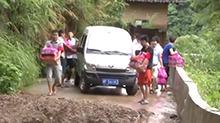 平江:党员突击队徒步15公里送救灾物资