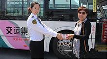 青岛:工作人员清理车厢 捡到十万现金