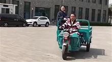 邓超骑三轮车 载着孙俪去拍戏