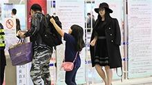 李湘贵妇造型现身机场 王诗龄帮爸爸拉书包乖巧Q萌