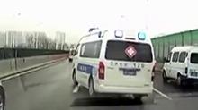 上海:急救车遇上早高峰 私家车纷纷避让
