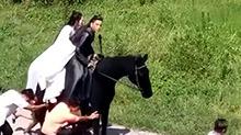 【影视情报员】《狼殿下》片场路透 <B>李沁</B>王大陆骑马全靠推