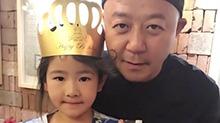 女版石头上线!<B>郭涛</B>晒6岁女儿庆生照  妹妹撞脸哥哥超可爱