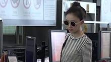 <B>王丽</B><B>坤</B>被爆恋情后现身机场 穿条纹衫身材消瘦