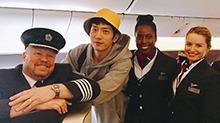 <B>井</B><B>柏</B><B>然</B>坐飞机与机组人员亲密合影 井宝戴小黄帽超亲和
