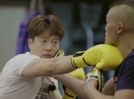 凌潇肃练拳击被教练狠揍