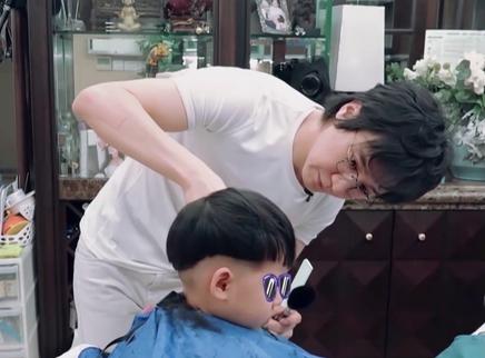 王弢化身Tony为儿子设计造型