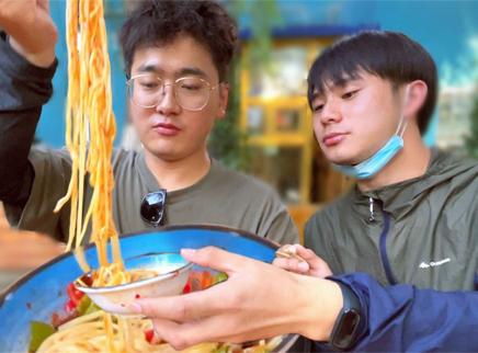 兄弟俩分食一碗新疆爆香拌面