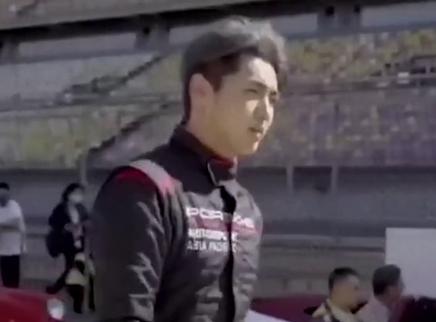 吴亦凡骑滑板车上班显反差萌